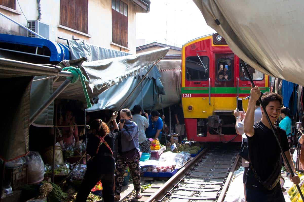 Det livsfarlige togmarked - Maeklong, Thailand
